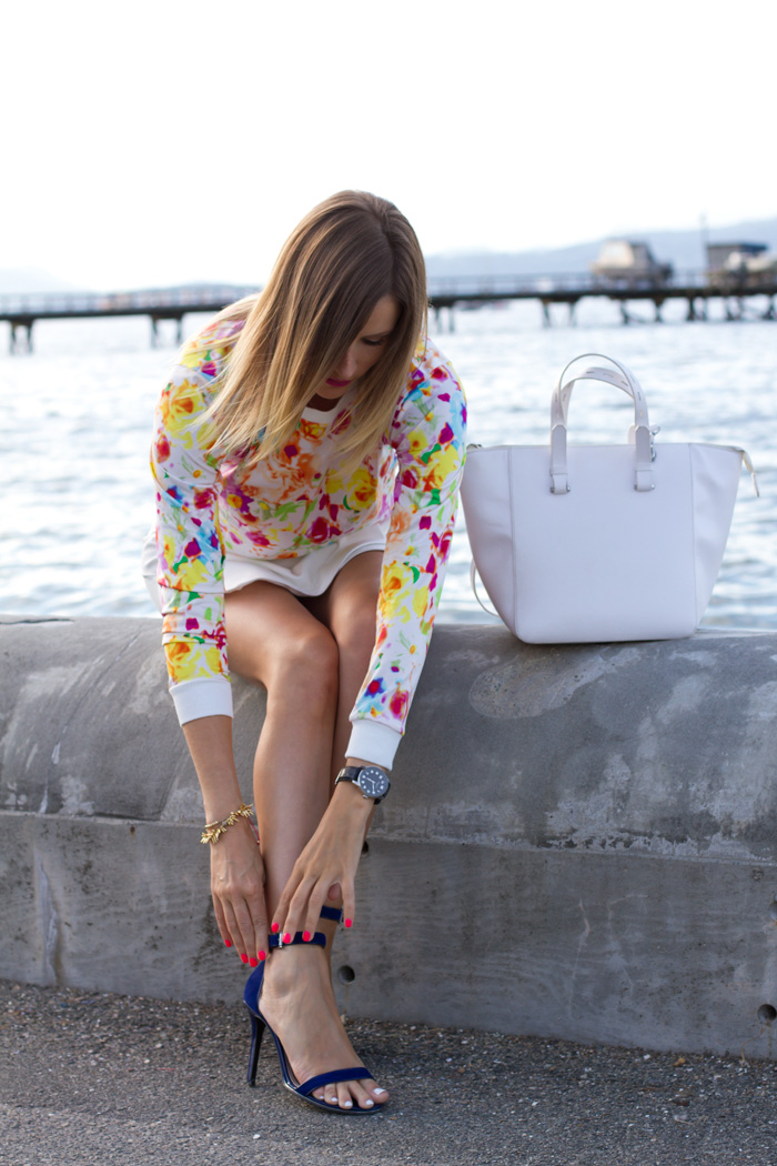 Vancouver Fashion Blogger, Alison Hutchinson, wearing a Choies floral top, Zara white skort, Guess blue ankle strap heels, Zara white tote bag, stella & Dot renegade cluster bracelet, and tiffany and pyrrha necklaces
