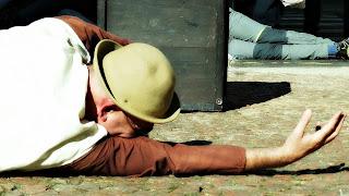 Grupo Oigalê - Negrinho do Pastoreio - Negrinho no chão após o primeiro castigo