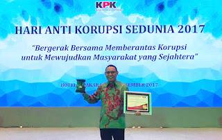 KPK Anugerahi Gubernur TGB Penghargaan Nasional Kepatuhan LHKPN Terbaik 2017