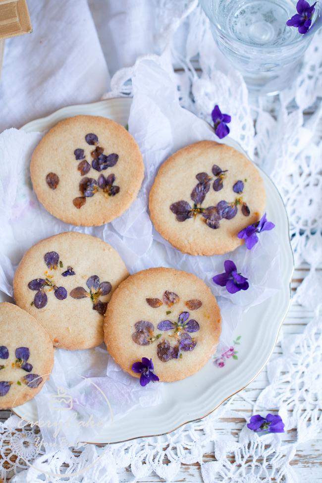 kruche ciastka z fiołkami do wiosennej herbaty