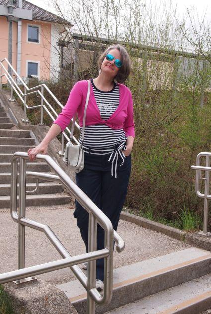 Weite Marlenejeans mit Ringelshirt und pinkem Shrug kombiniert
