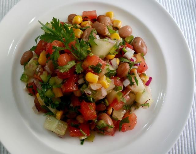 Ensalada de frijoles pintos con pepino, maíz y cilantro