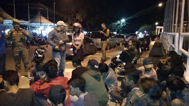 Satpol-PP Banjarbaru, Sabtu (7/4/2018) malam mengamankan puluhan pengamen yang beroperasi di Lapangan Murjani. Mereka digaruk, lantaran dianggap mengganggu para pengunjung. Gerombolan pengamen itu dikumpulkan, kemudian dibawa ke Kantor Satpol PP Banjarbaru.