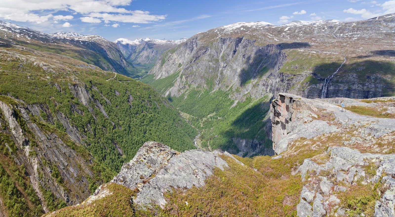 崖っ淵:ノルウェーのムーレ・オ・ロムスダール県のアイケンドールンのネセットのアウルスタウペのアイケンドールン滝の眺め