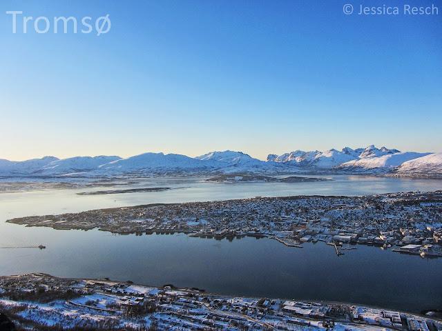 Ein toller Blick auf das norwegische Fjord in Tromsø mit den verschneiten Bergen im Hintergrund