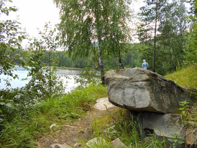 Скальные выступы на берегу озера Аракуль