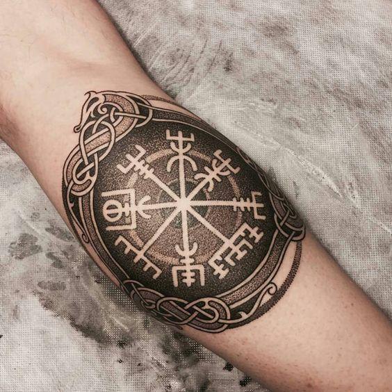 Tatuaje de Vegvisir puntillista