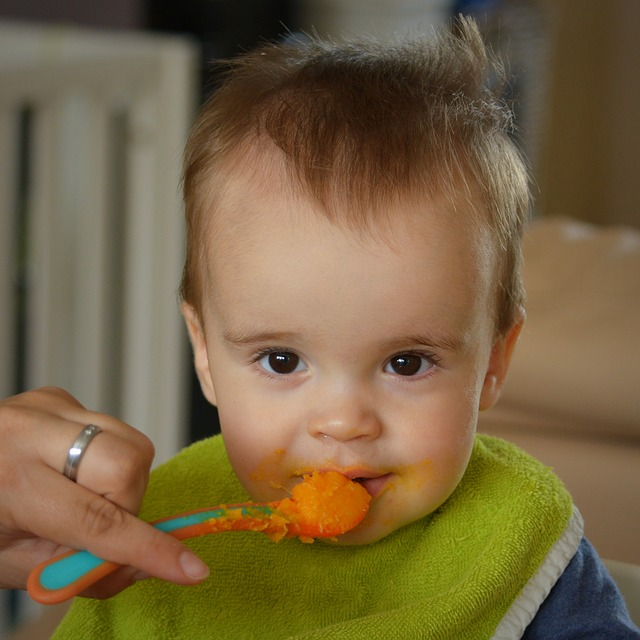 Baby isst Möhrenbrei