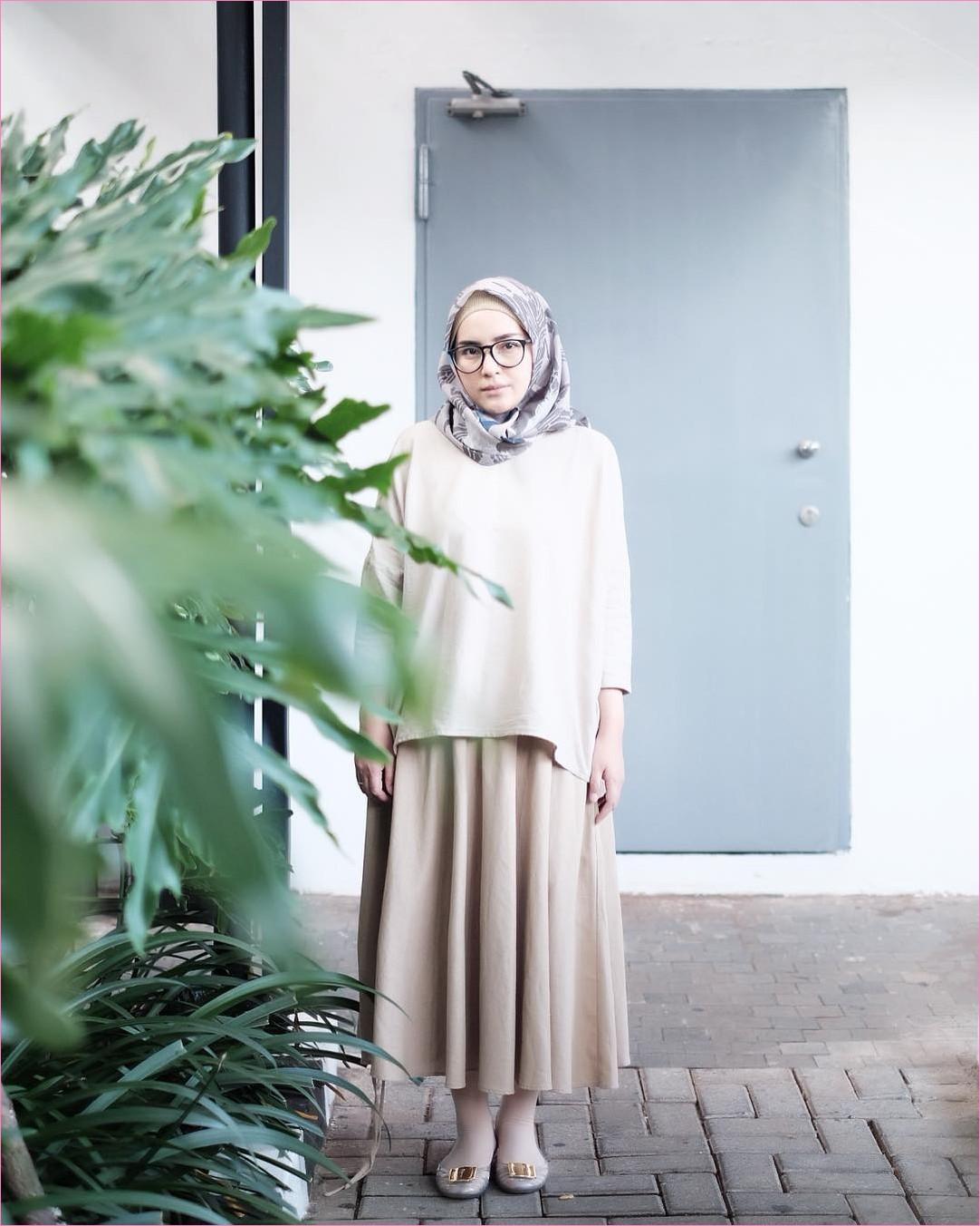 Outfit Rok Untuk Hijabers Ala Selebgram 2018 flatshoes lace ups legging kerudung segiempat hijab square abu tua top blouse krem muda broomstick skirt polkadot krem kacamata bulat hitam ootd trendy