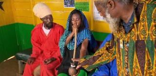 GLORIA MARIA FUMANDO MACONHA NA JAMAICA