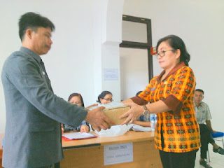 Kepala Diknas Boltim saat menerima Naskah UN dai Diknas Provinsi Sulut.