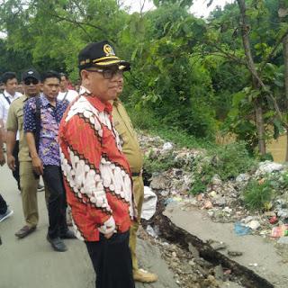 Yoseph Sesalkan Tumpukan Sampah Yang Menggunung  Diatas Tanggul Penyebab Longsornya Badan Sungai Ciwaringin