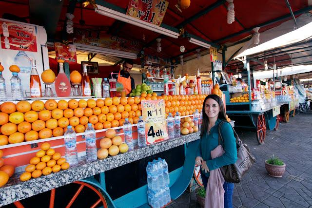 Comprando un par de zumos en la plaza Jemaa el-Fna