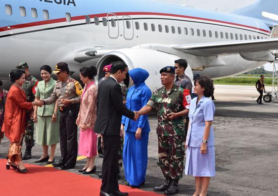 SAMBUT PRESIDEN :  Danlanud Supadio juga turut menyambut kunjungan Presiden Republik Indonesia Bapak Ir H Joko Widodo Kamis (28/12/2018). Foto Kapentak Danlanud Supadio