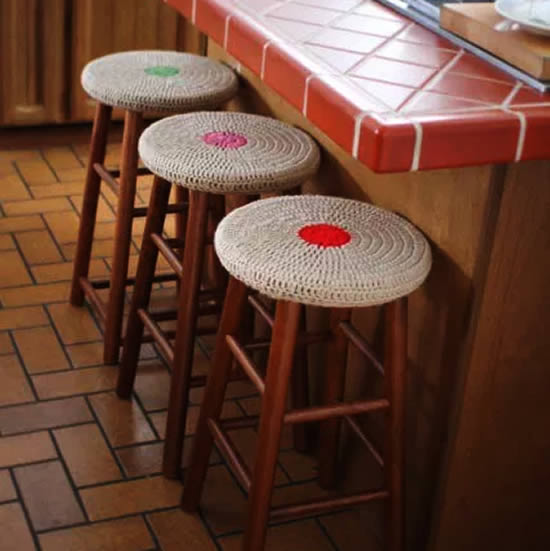Crochet stool covers, crochet pattern and photo by Mamchee | Happy in Red