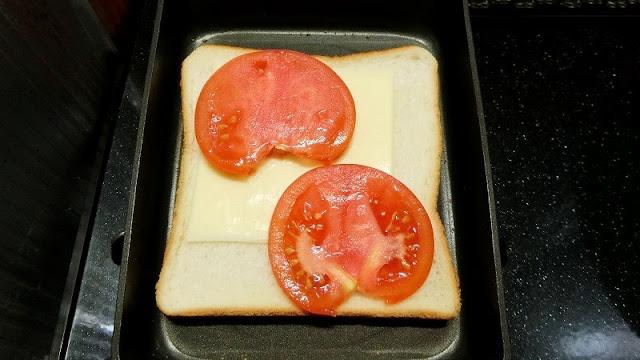 トマトをのせる