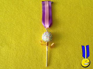Medalla de fimo con forma de chupa chups