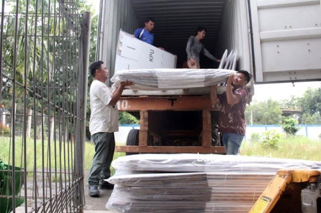 Kotak Suara Tiba di Gedung KPU Batam, Gudang Logistik Bocor