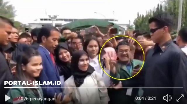 """Viral Video Paspampres Tindak Mahasiswa yang Pose """"Salam 2 Jari"""" di Hadapan Jokowi"""