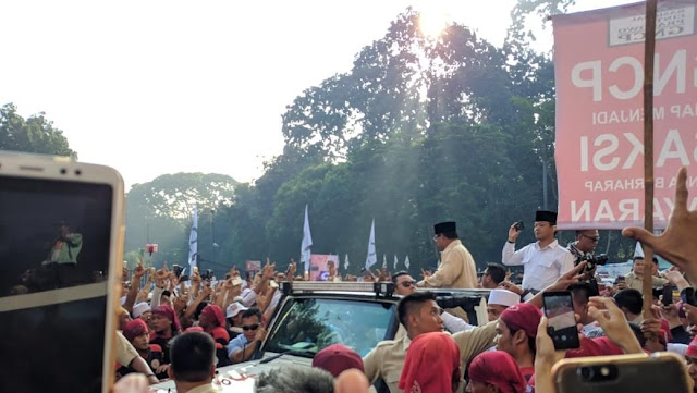 Prabowo Keliling Sapa Pendukung yang Berada di Luar Stadion GBK