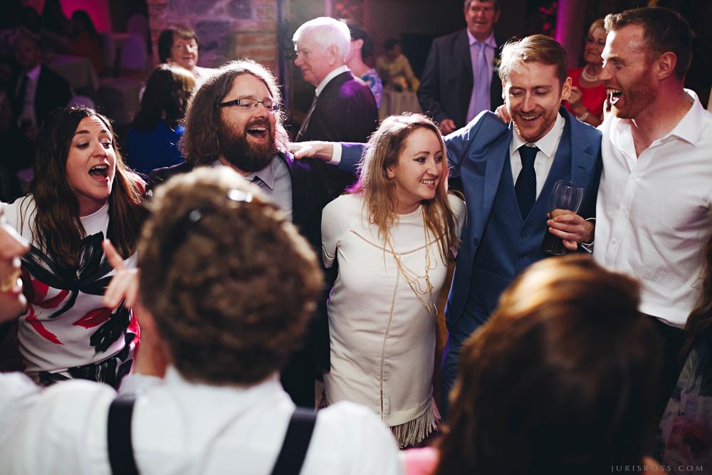 jautra kopīga deja viesiem