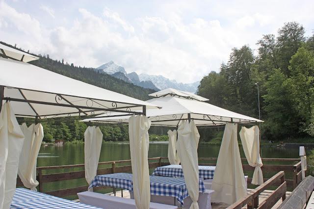 Floss-Rundfahrten auf dem Riessersee in Garmisch-Partenkirchen - Hochzeitsempfang am See - wedding in Bavaria - #wedding venue #Garmisch