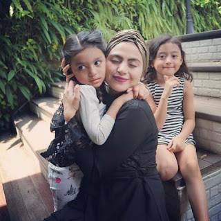 Foto Asha Shara dan anaknya