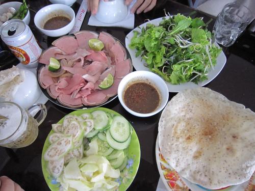 Thưởng thức bò tái Cầu Mống trong tour du lịch Đà Nẵng