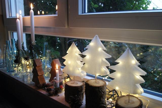 Fensterbank weihnachtlich dekoriert mit Tannenbäumchen aus Papier
