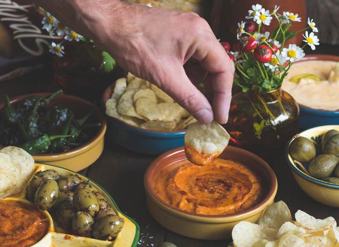 Tapas Abend mit Naturals, Pimientos de Padrón, Mojo Rojo und Käse-Dip