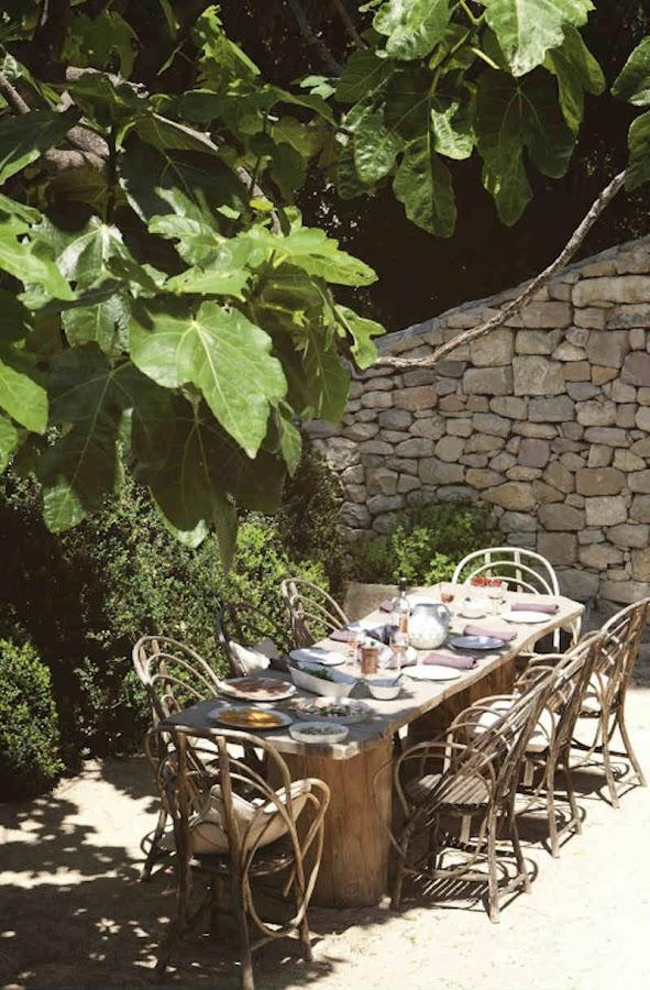 Mesa exterior en patio con muebles de fibra