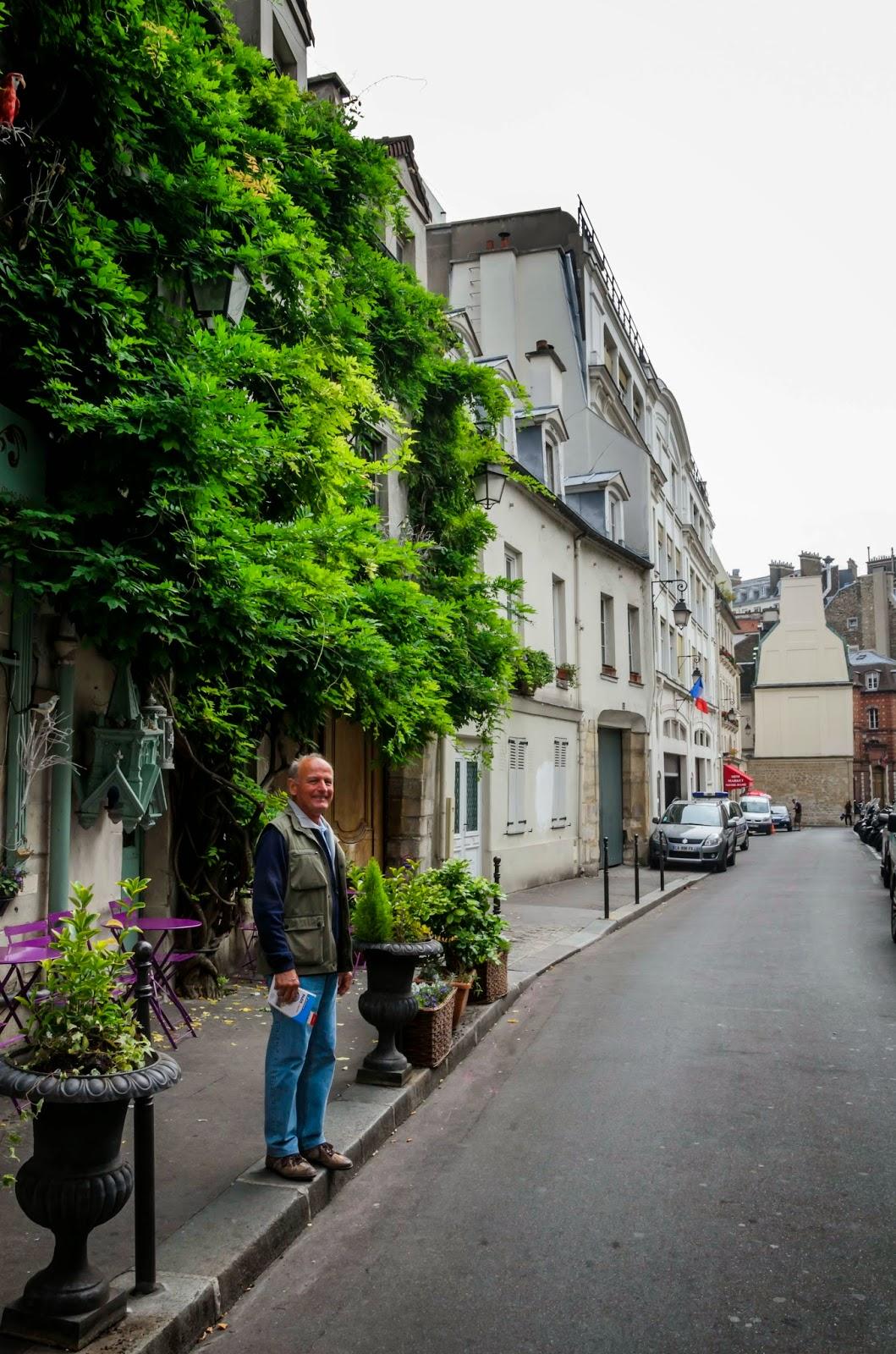 Homem parado sorrindo em rua em Paris