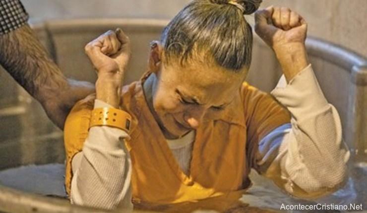 Mujer bautizada en prisión