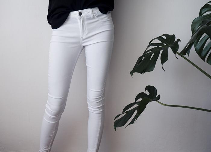długie, dopasowane białe spodnie
