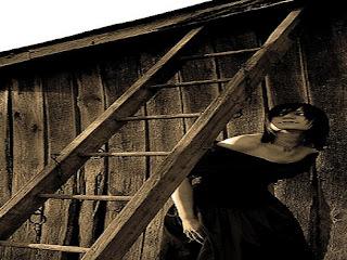 Superstitie: De ce este cu ghinion să treci pe sub o scară?