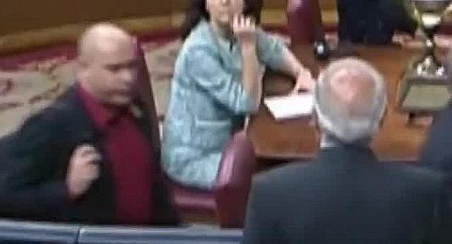 """Un vídeo demuestra que no hubo """"escupitajo"""" al ministro Borrell en el Congreso"""