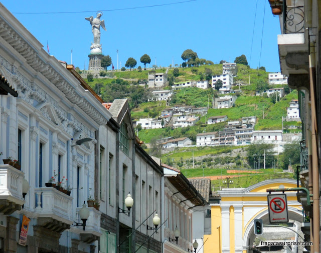 A Virgem Alada ou Virgem Quitenha vista do Centro Histórico de Quito