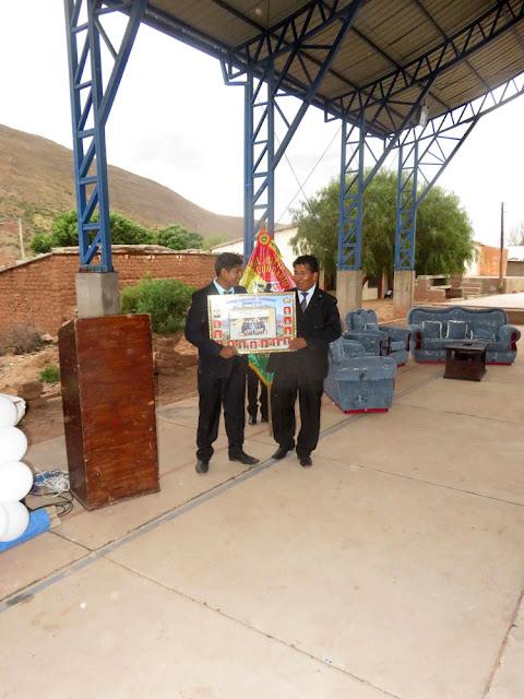 Auch der Direktor bekam eine Ehrentafel mit Bild der Abiturienten