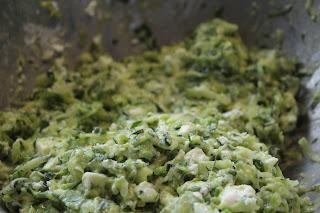 """Der Zucchini""""teig"""" mit Kräutern, Ei, Mehl und Feta"""