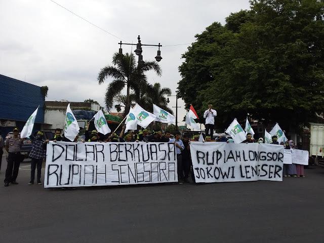 KAMMI Solo Demo Bawa Spanduk 'Rupiah Longsor Jokowi Lengser'
