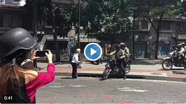 Policías empujan otra vez a la señora portuguesa de la tanqueta