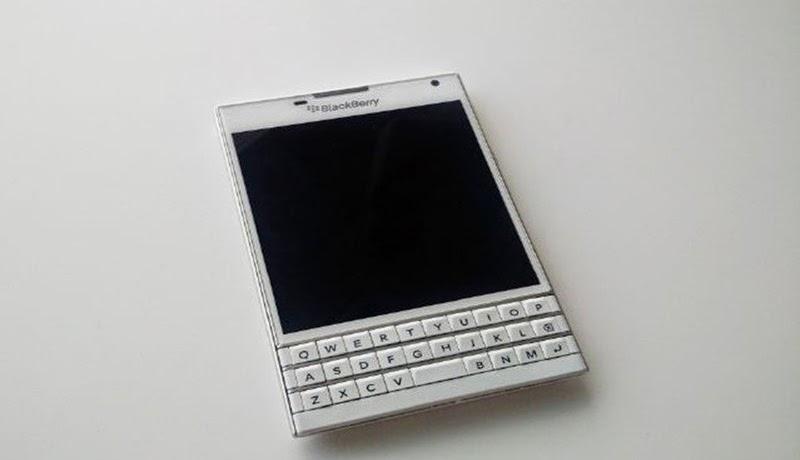 Cuando el CEO de BlackBerry John Chen anunció el BlackBerry Passport, también se aseguró de señalar que el dispositivo estaría llegando en blanco junto al negro estándar. Desde entonces, muchas personas han estado esperando para ver la versión en blanco y, hasta ahora, han sido decepcionado. La versión en blanco ha sido difícil de atrapar y aunque muchas personas como Pootermobile y Dylan Habkirk han creado prototipos de lo que creen que el dispositivo podría ser, nos las hemos arreglado para tomar una foto de lo que estamos bastante seguros es el verdadero BlackBerry Passporr en Blanco. Observando e la