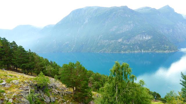 Bergen met fjorden en blauw water.