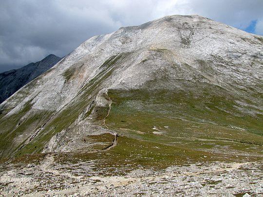 Przełęcz Premkata (bułg. Премката; 2660 m n.p.m.), a powyżej Kuteło (bułg. Кутело; 2908 m n.p.m.).