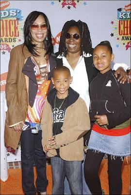 Whoopi Goldberg con su hija y sus nietos en los premios Kids Choice Awards (2006)