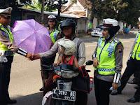 Satlantas Polres Rembang Beri Payung Cantik bagi Pengendara yang Tertib Berlalu Lintas