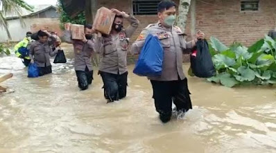 Warga Korban Banjir Kampung Barangbang Dapat Bantuan Sembako dari Polres Lebak