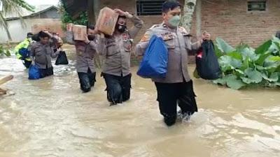 Warga Korban Banjir Kampung Barangbang Dapat Bantuan Sembako