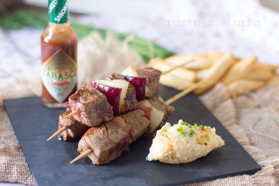 Brochetas de solomillo con tabasco chipotle con guarnición de cremoso de patatas y queso crema