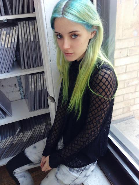 Schlankes Amateur Teen mit roten Haaren laesst sich von Nerd beim Userdate voegeln